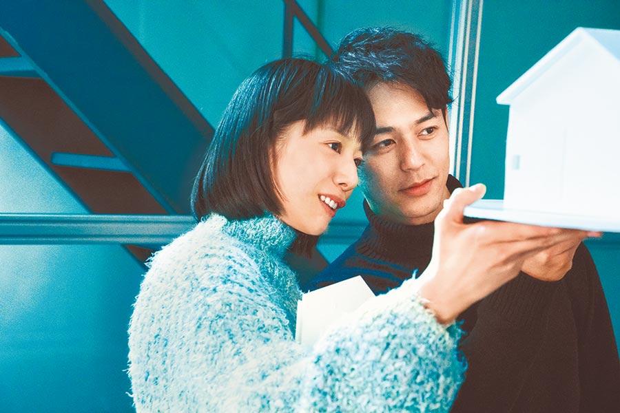 夏帆(左)在片中與飾演前男友的妻夫木聰舊情復燃搞外遇。(中影提供)