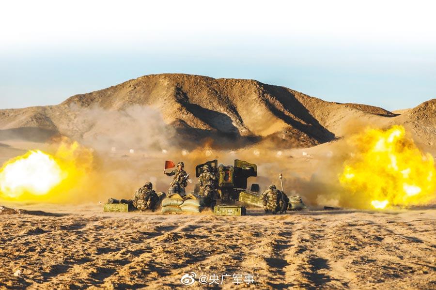 解放軍南部戰區陸軍在西北戈壁進行實彈射擊訓練。(取自新浪微博@央廣軍事)