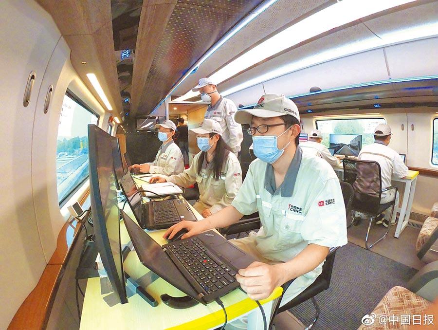 中車公司的工作人員在進行高速磁浮樣車試驗。(取自新浪微博@中國日報)