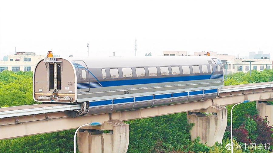 6月21日,由中車公司研製的時速600公里高速磁浮試驗樣車在上海同濟大學磁浮試驗線上試跑。(取自新浪微博@中國日報)
