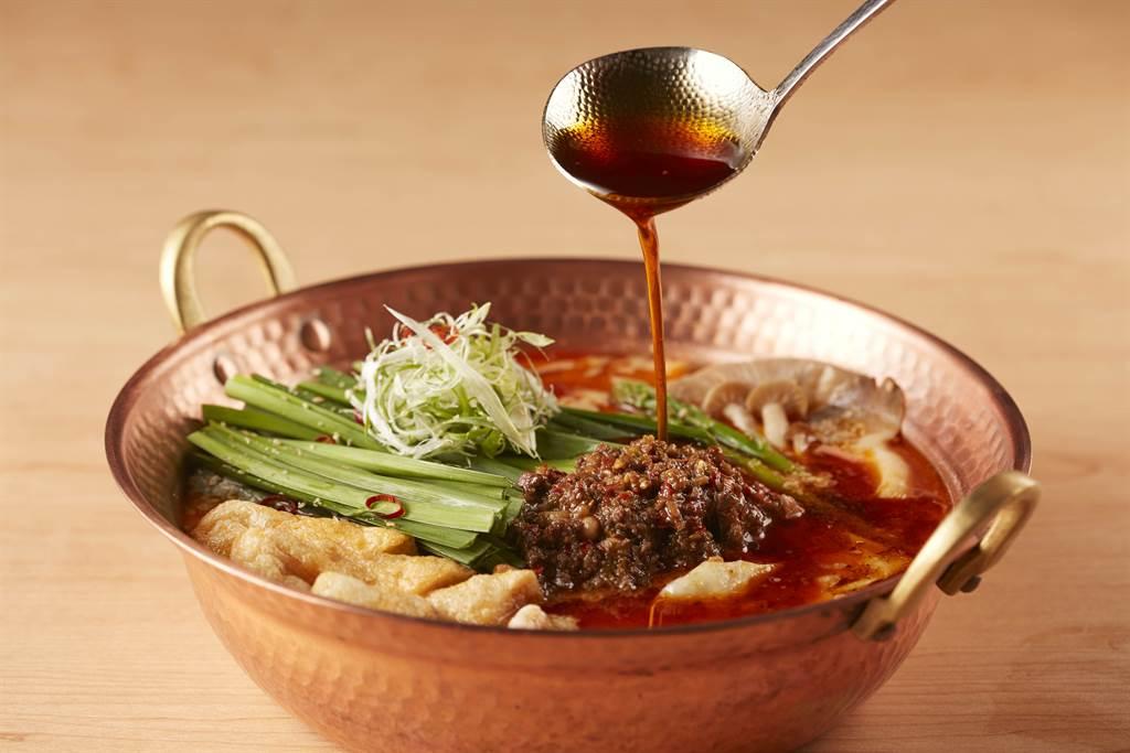 「擔擔鍋」強調鍋底來自集團旗下《麻辣45》使用的重慶正宗紅油和底料,並加入日本白芝麻醬、豆瓣醬等日式道地鍋物元素,完美呈現中日無比契合的絕佳滋味。(圖/品牌提供)