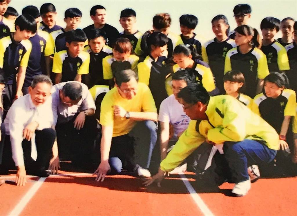 趙平南(右前)與吳志揚(中)在桃園縣府一起合作推動體育。(家屬提供)