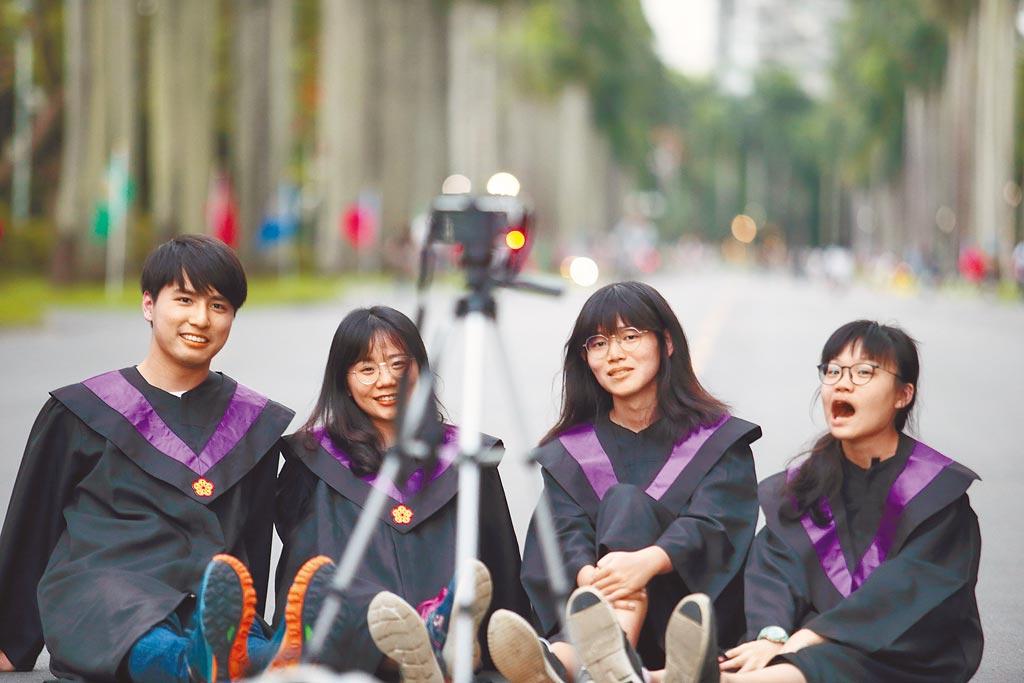 畢業季將到來,6月的失業率值得關注。圖為台大今年應屆畢業生穿著學士服在椰林大道合影留念。(本報資料照片)