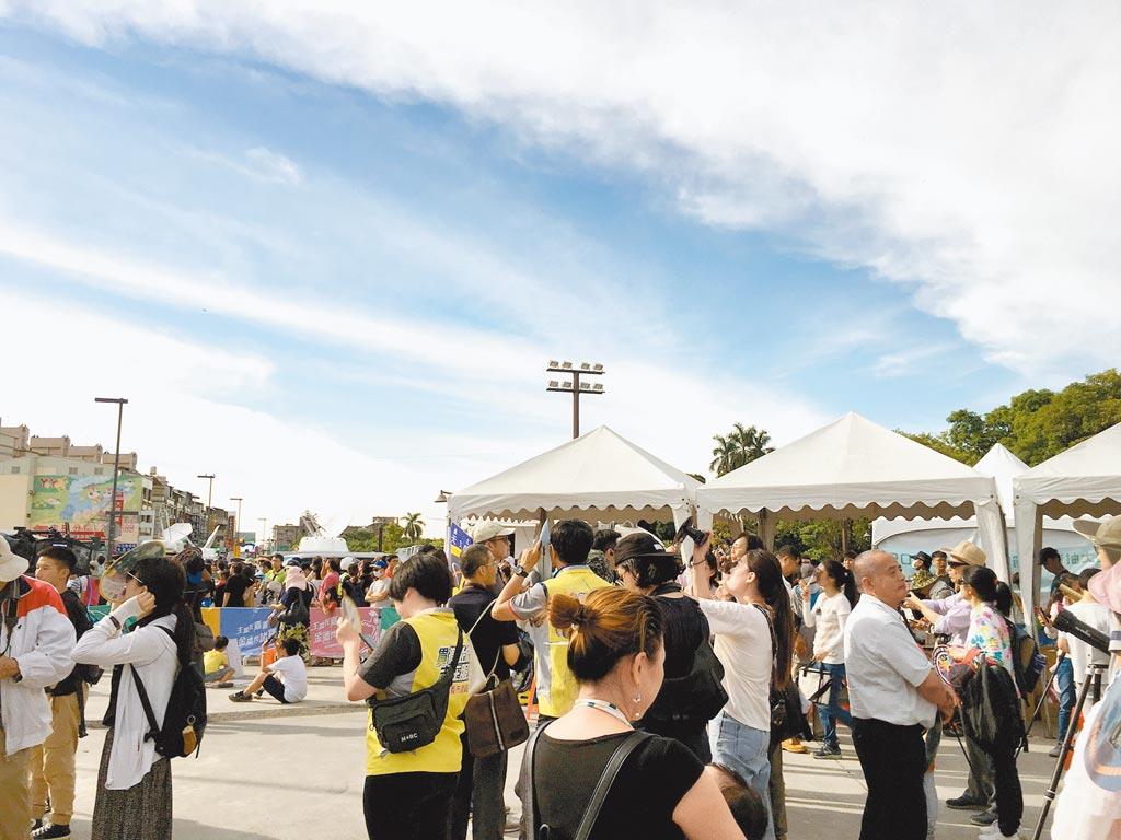 嘉義市北香湖公園人山人海,民眾觀看百年難得一見日環食天文奇景。(本報資料照片)