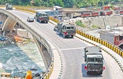 印度總動員 大批軍車集結拉達克