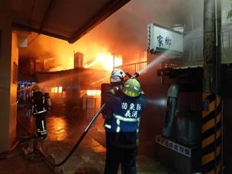 小貨車撞進機車店竄大火  山腳市場300坪店面攤商燒毀