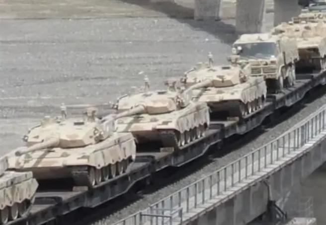解放軍大批往印中邊境地區運送99式主戰坦克,印方則派遣俄製坦克與美製阿帕契直升機應對。圖為共軍在近期高原演訓時運送大量99A主戰坦克。(圖/央視截圖)