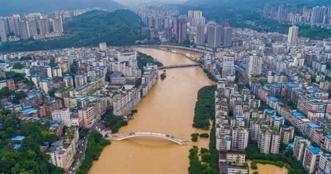 連日暴雨,重慶綦江昨(22日)最新畫面。(圖/人民網)