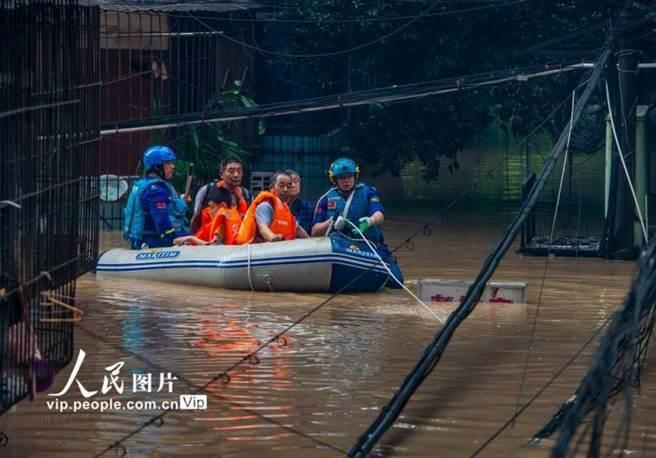 重慶市淹水嚴重,救難人員幫助居民撤離。(圖/人民網)