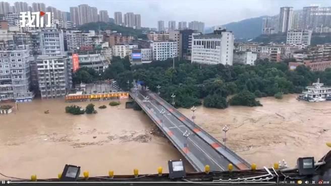 四川部份地區淹水已超過1公尺。(圖/新京報微博)