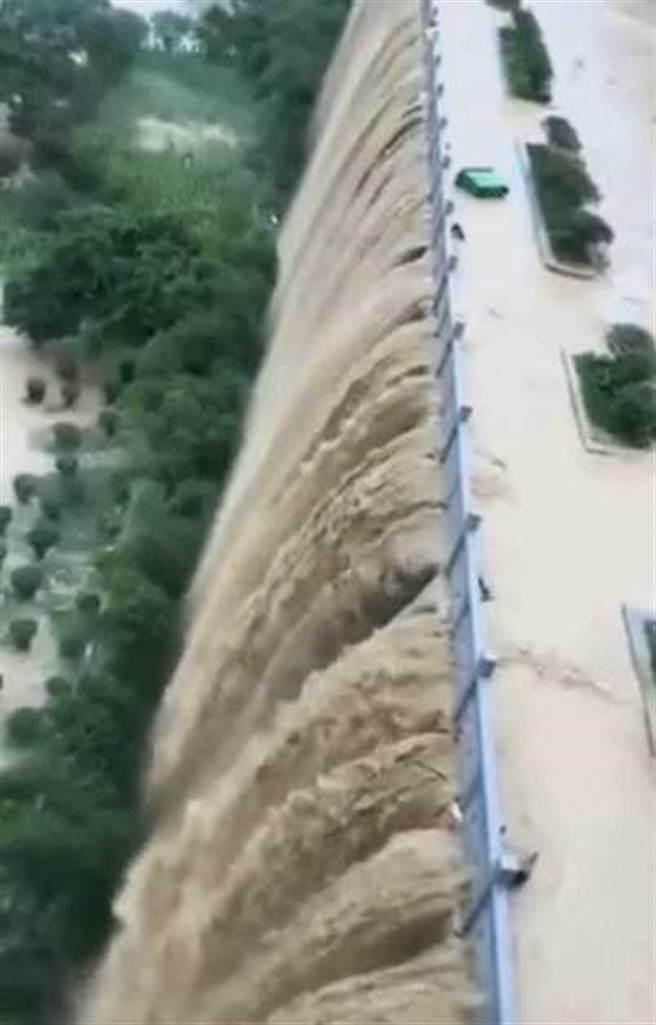貴州堤壩變成泥漿瀑布。(圖/環球網)
