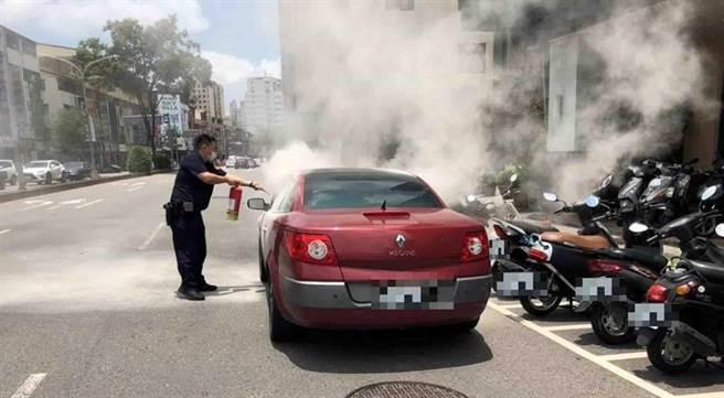 巡邏員警靠近之際,發現該車引擎蓋突然大量冒出白煙與陣陣燒焦味,林員立馬快步衝入店家借用滅火器滅火。(警方提供/陳世宗台中傳真)