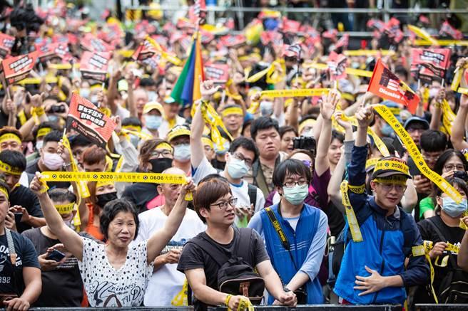 圖為罷韓開票時,高雄罷韓總部前人群聚集。(資料照,袁庭堯攝)