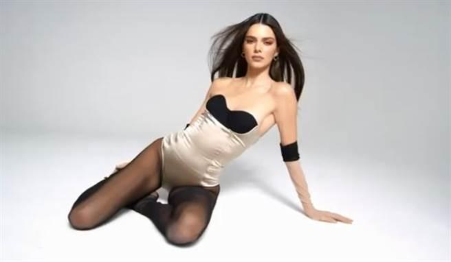 超模坎達兒珍娜(Kendall Jenner)為聯名裸色彩妝拍宣傳片。(圖/IG@kendalljenner)