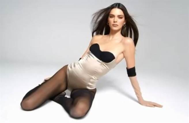 超模坎達兒珍娜(Kendall Jenner)低胸馬甲掉出北半球!黑絲襪同框妹妹吸金。(圖/IG@kendalljenner)