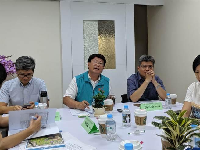 台南市議員陳昆和邀請南市府經發局、都發局及地方人士舉行座談會。(莊曜聰攝)