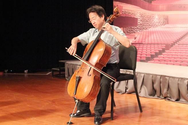 大提琴家張正傑,邀請民眾來為他的大提琴盧傑利找新娘,將演出一場別開生面的音樂會。(陳淑芬攝)