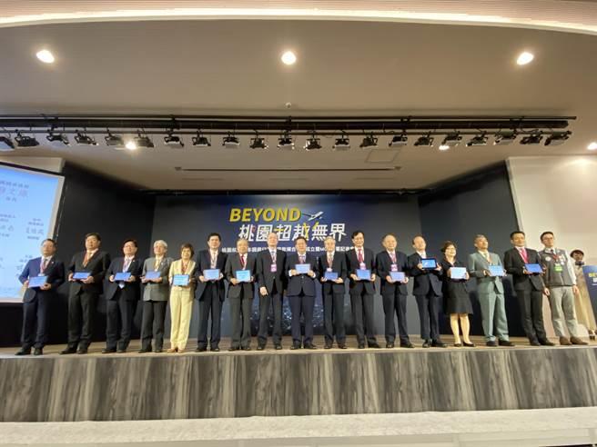桃園市23日和14家銀行簽署合作意向書(MOU),挹注有意投資桃園航空城產業專區的企業,攜手助航空城起飛。(蔡依珍攝)
