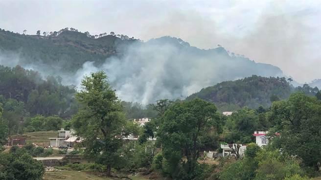 22日印度和巴基斯坦軍隊在拉賈烏里縣(Rajouri)喀什米爾實控線附近再度交火,又造成1名印度士兵死亡。這是印度在近兩星期內與巴國交火而死亡的第3名士兵。圖為印巴在克什米爾實控線交火畫面。(圖/環球時報)