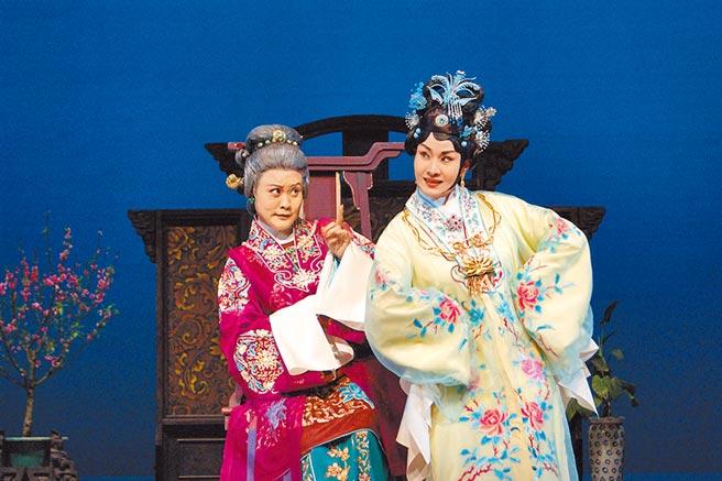 國家文藝獎得主魏海敏(右)與王海玲(左),再次同台演出《王熙鳳大鬧寧國府》,分別飾演王熙鳳和賈母,舞台上的孫婆媳對戲,運籌帷幄,充滿算計。(國光劇團提供)