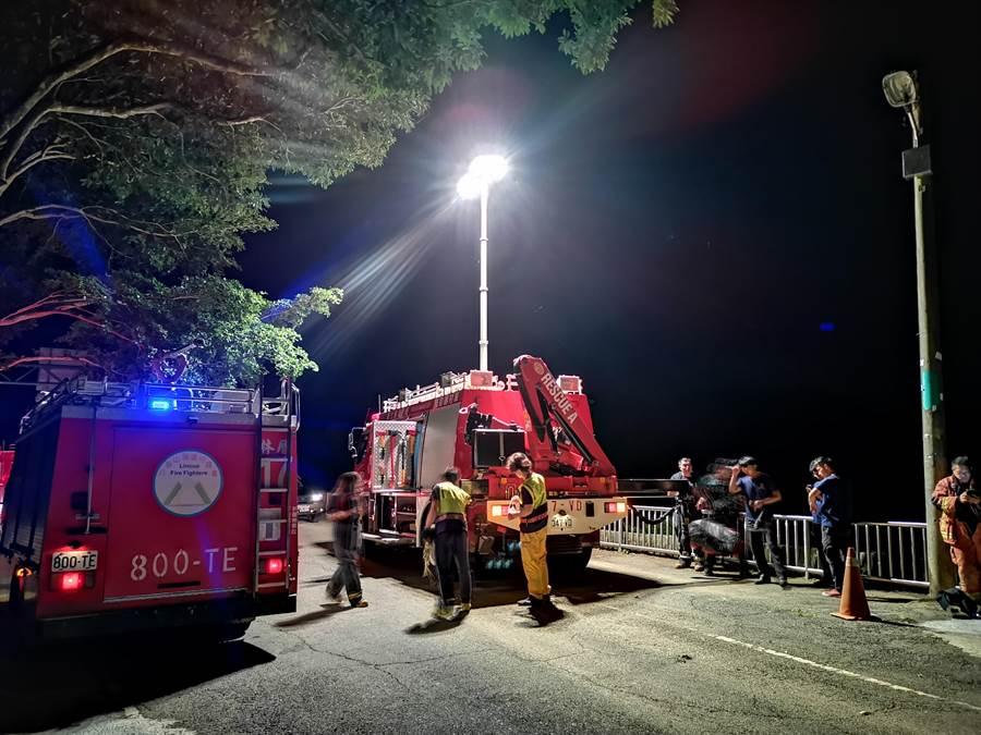 今天凌晨接近1點時,彰化縣員林市出水里熱門登山點風港平台,傳出有民眾墜谷意外,警消獲報抵達現場後,將跌落的民眾救起。(吳建輝攝)