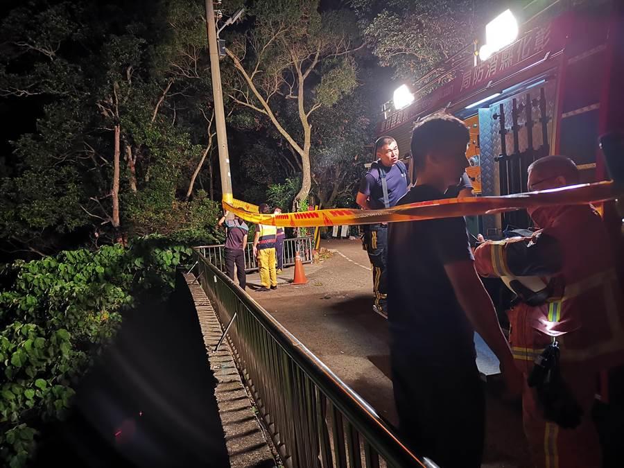 事後消防員也在現場緊急拉起封鎖線,提醒民眾注意安全,不要靠近懸崖邊。(吳建輝攝)