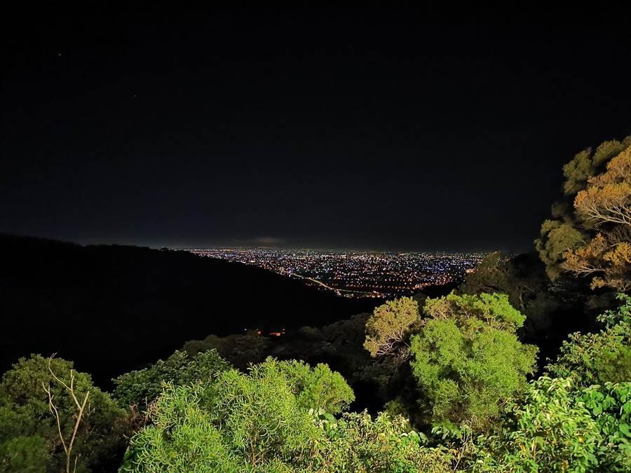 平時早上會有運動民眾在此休息,到了晚上,因為附近沒有路燈,則變成夜貓族賞夜景的秘境聖地。(吳建輝攝)