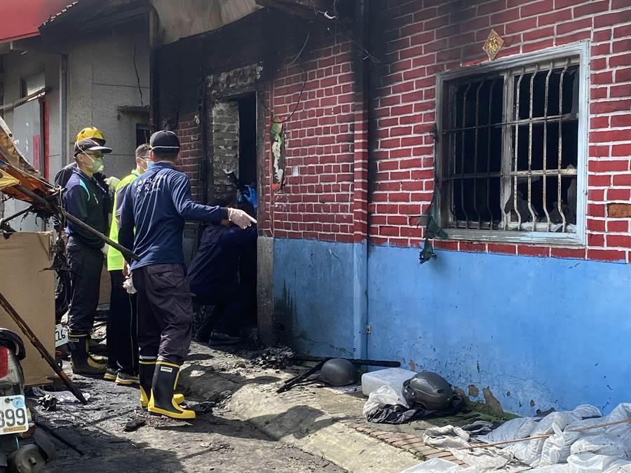 台南市消防局火調科人員現場進行火調。(曹婷婷攝)