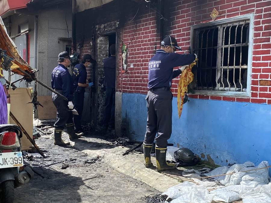 6月23日,台南關廟一間老房半夜惡火,奪走祖孫三代4命,消防人員在現場進行火調。(中時資料照 曹婷婷攝)
