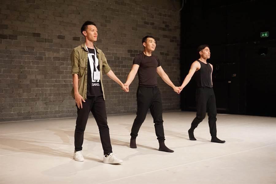 台灣編舞家蔡博丞(左一)獲得法國年度最佳新興編舞家。圖為2016年他在德國杜塞朵夫舞蹈博覽會發表作品,在演出結束後和舞者一起謝幕。(資料照片,李欣恬攝)
