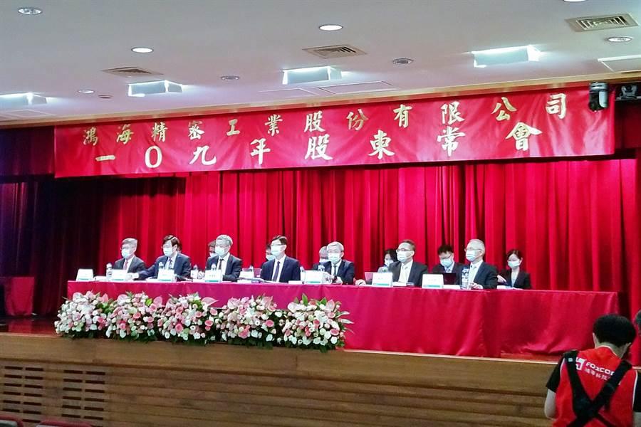 鴻海23日召開股東常會,為董事長劉揚偉(前排中)上任以來首度主持股東會。(記者林資傑攝)