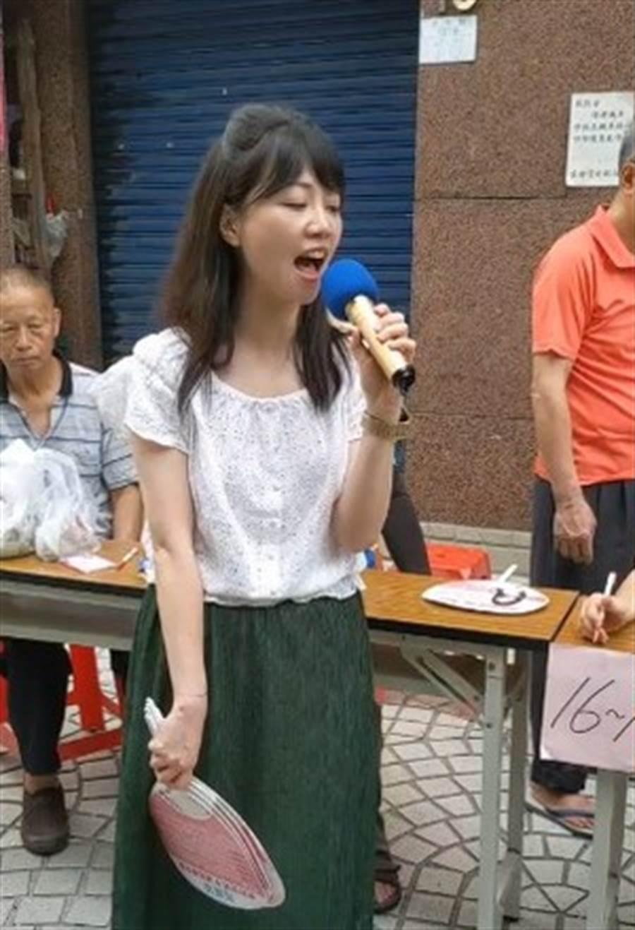 民進黨立委高嘉瑜唱《一剪梅》。(圖/摘自高嘉瑜臉書)