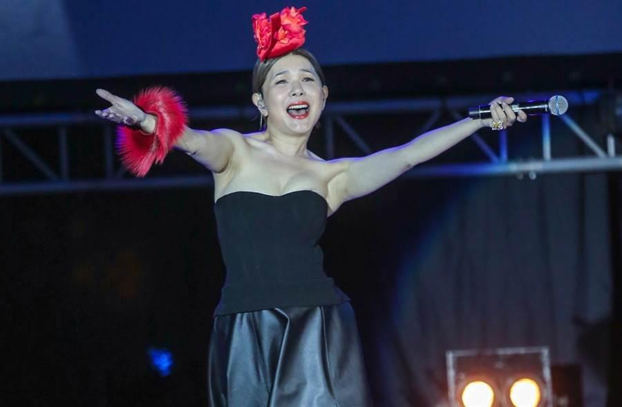 張清芳去年為公益演唱會穿爆乳裝,黃子佼笑稱宋學仁真的不是很開心。(中時資料照片)