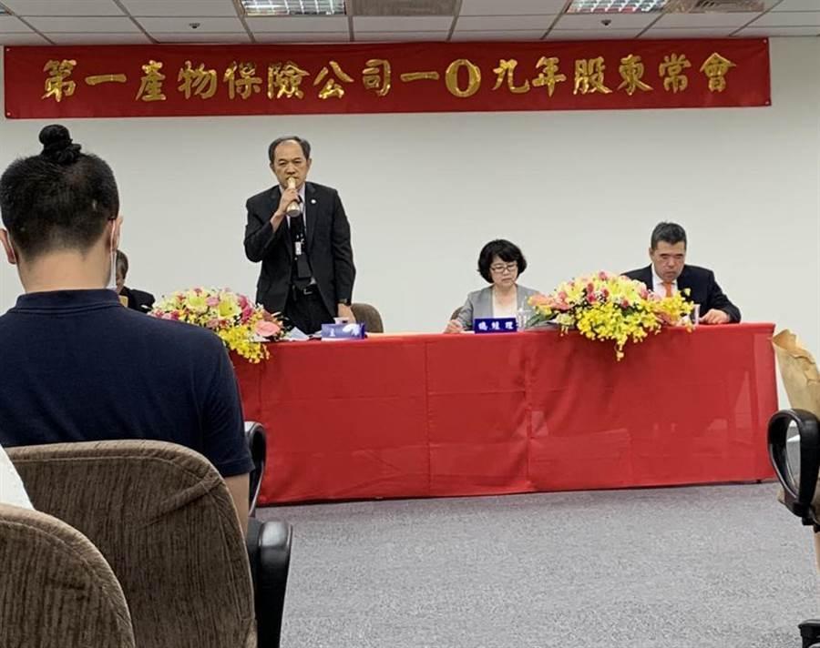 第一產物董事長李正漢(站者)表示,持續關注全球經濟變動、疫情變化、並能快速因應,將是下半年最重要的課題。總經理呂秋敏(右二)。(圖/黃惠聆)