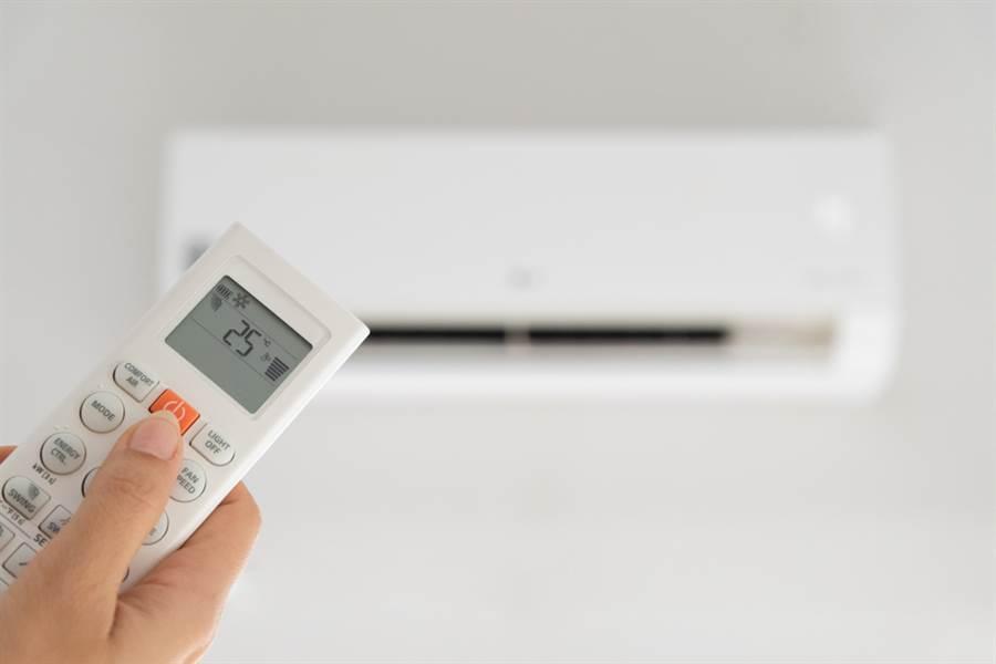 長輩捨不得開冷氣,沒想到最後竟被熱暈送醫。(示意圖/Shutterstock)