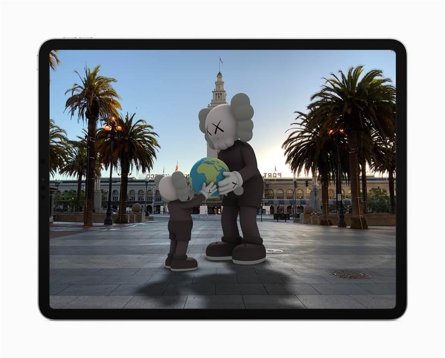 ARKit 4 加入位置錨點,讓開發者可以將特定的地理座標位置帶到 AR 體驗當中,例如在 Acute Art app 中觀看這個 KAWS 雕像。(摘自蘋果官網)