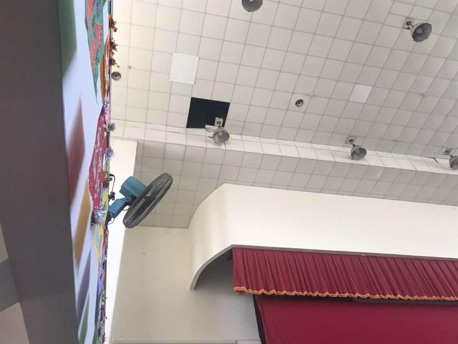 蔡女為了查看活動中心天花板狀況,疑似失足墜下4層樓高的高度。(翻攝照片/莊旻靜新竹傳真)