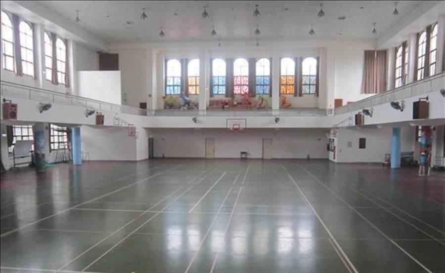 蔡女服務的學校活動中心空間寬敞。(翻攝照片/莊旻靜新竹傳真)