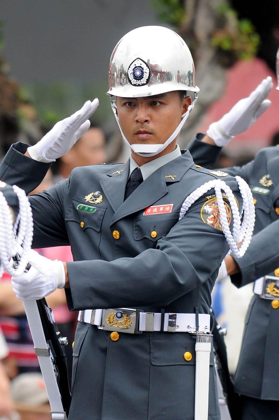 明道的儀態及各種操槍動作到位,成為2012年的國慶三軍儀隊演出亮點。(圖/本報系資料照片)