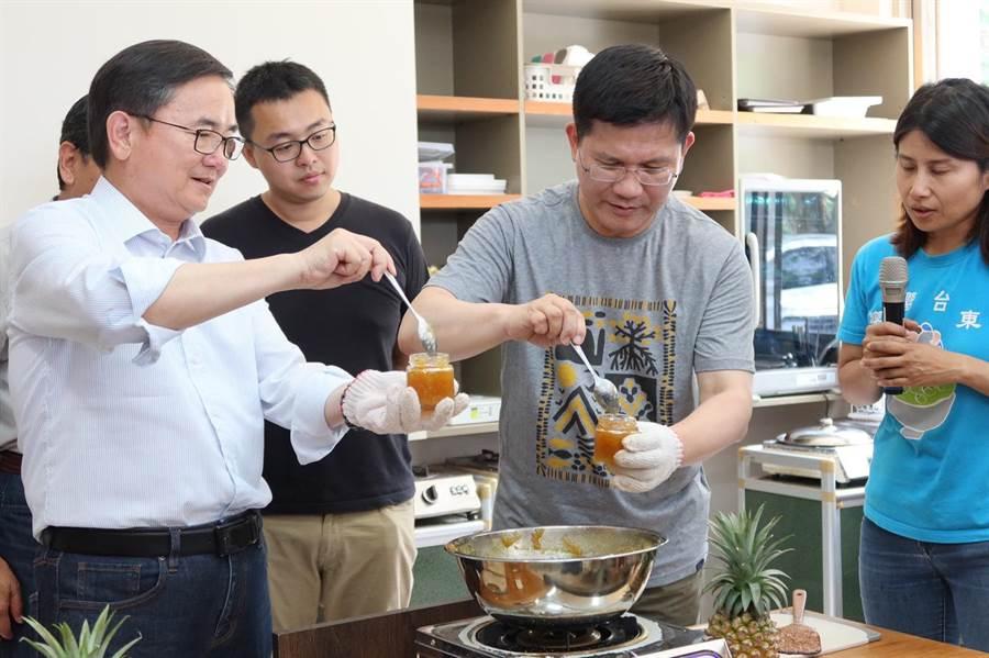 交通部長林佳龍與立委劉櫂豪體驗製作鳳梨果醬。(交通部提供)