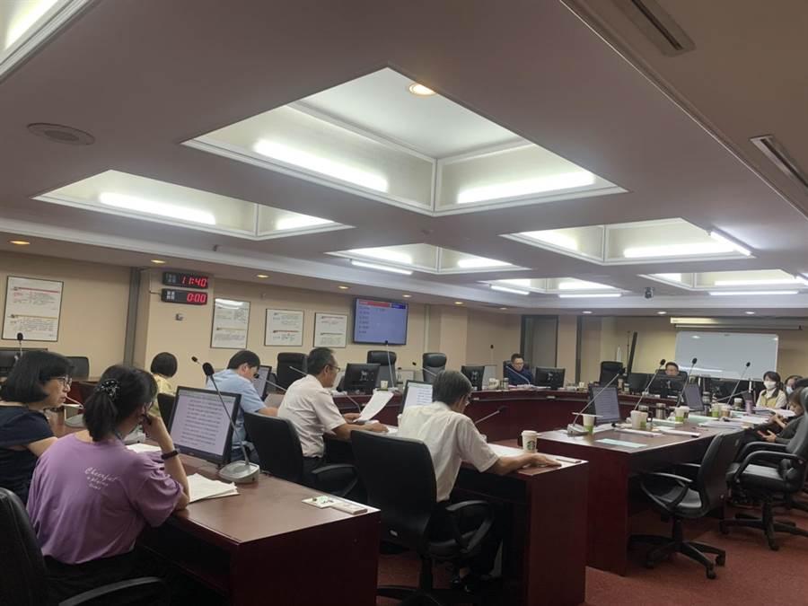 台北市教育委員會審議大巨蛋開發案107年度特別決算保留案。(張薷攝)