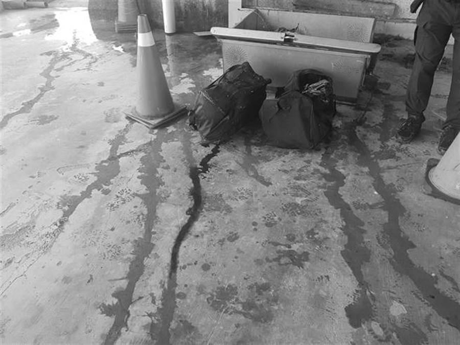 清潔員打撈上岸的屍袋,裡面還放著「啞鈴」,死者他殺可能性極大。(圖/翻攝自畫面)