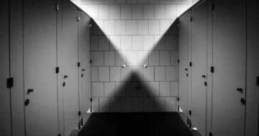 蔡男逼迫少女在小學廁所發生關係。(示意圖/Pixabay)