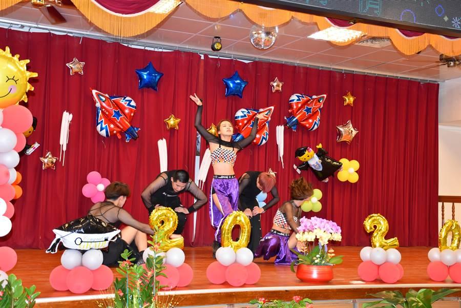 育達科大也共襄盛舉,由熱舞社同學主演勁歌熱舞。(謝明俊攝)