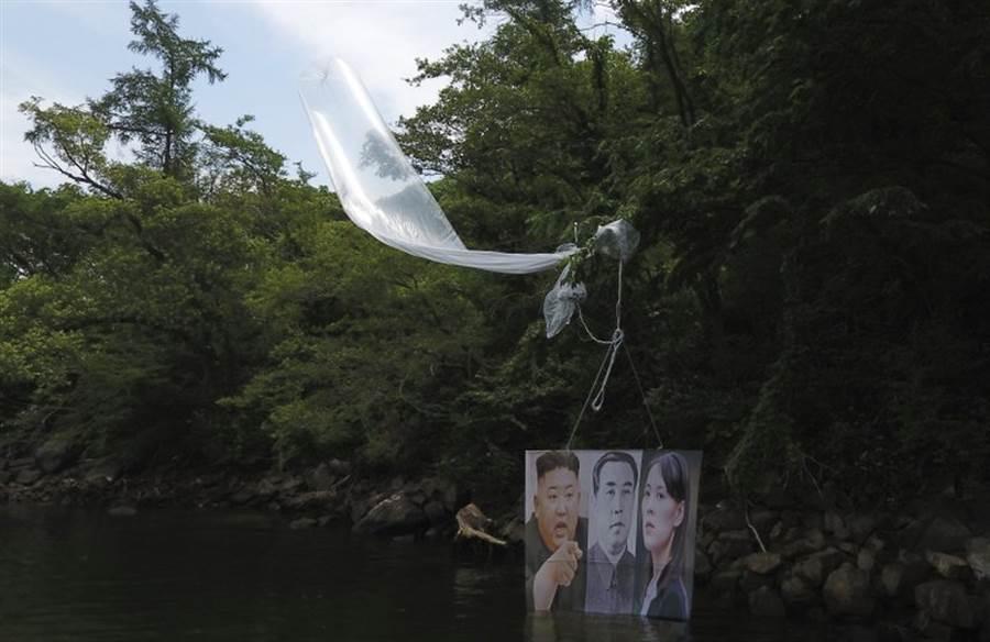 韓國脫北者團體「北韓自由鬥士」所釋放的空飄氣球。(圖/美聯社)