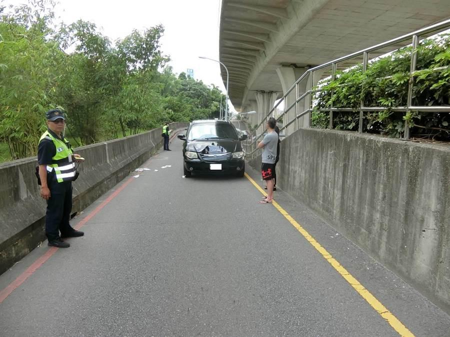 黑車休旅車疑似未注意車前狀況,撞死走在車道上的77歲陳翁。(民眾提供/王文吉台中傳真)