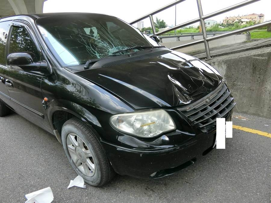 黑車休旅車撞上陳翁,引擎蓋嚴重變形,擋風玻璃也碎裂。(民眾提供/王文吉台中傳真)