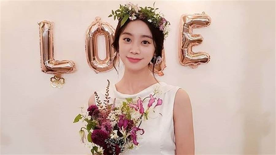 Wonder Girls惠林嫁7年男友!絕美婚紗「V到肚臍」露膚色一片(圖/IG@wg_lim)