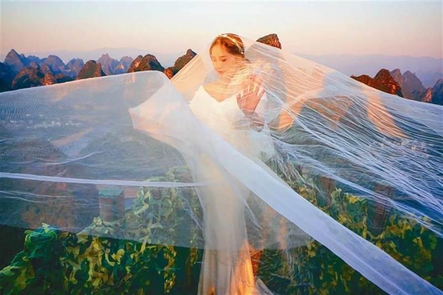 苗栗縣籍攝影師曾進發的攝影作品《大腹新娘拍婚紗》,在MIFA拿下3面金牌及組別總冠軍。(曾進發提供/何冠嫻苗栗傳真)