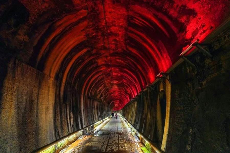 曾進發在苗栗市功維敘隧道,拍攝出百年隧道內七彩霓虹光影的再現風華,勇奪莫斯科國際攝影賽銅牌獎。(曾進發提供/何冠嫻苗栗傳真)